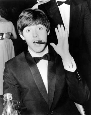 1942, Μέρζισαϊντ.  Γεννιέται ο Βρετανός μουσικός Πολ ΜακΚάρτνεϊ, μετέπειτα ιδρυτικό μέλος των Beatles.