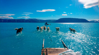 Λιώσιμο των πάγων στη Γροιλανδία: Η φωτογραφία που επιβεβαιώνει μια λυπηρή πραγματικότητα