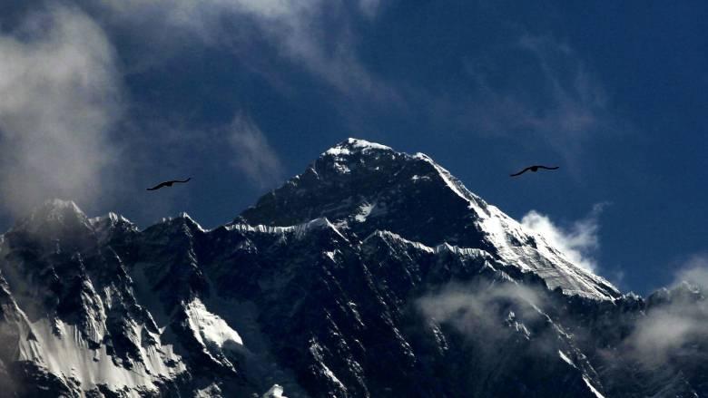 Ρεκόρ προσέλευσης στην κορυφή του Έβερεστ παρά τη «ζώνη του θανάτου»
