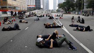 Χονγκ Κονγκ: Οι διαδηλωτές καθαρίζουν τους δρόμους μετά τη διαμαρτυρία τους