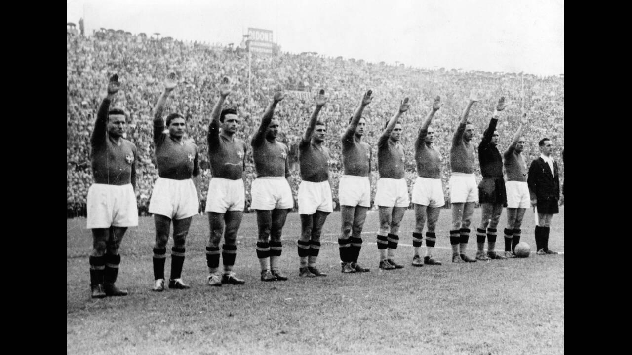 1938, Παρίσι.  Η Εθνική ομάδα ποδοσφαίρου της Ιταλίας χαιρετά φασιστικά πριν τον τελικό του παγκοσμίου Κυπέλλου, στον οποίο αντιμετώπισε την Ουγγαρία. Η Ιταλία διατήρησε τον τίτλο, κερδίζοντας την Ουγγαρία με 4-2.