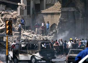 2007, Βαγδάτη.  Ιρακινοί στέκονται γύρω από το κατεστραμένο τζαμί Khillani, ένα σιιτικό τέμενος στην κεντρική Βαγδάτη. Ένα φορτηγό γεμάτο εκρηκτικά χτύπησε το τέμενος, με συνέπεια να χάσουν τη ζωή τους 75 άνθρωποι και να τραυματιστούν περισσότεροι από 20