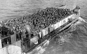 1944, Νορμανδία.  Αμερικανοί στρατιώτες στιβαγμένοι σε μια λέμβο βρίσκονται καθ' οδόν προς τη Νορμανδία, όσο η απόβαση συνεχίζεται.