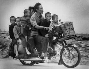 1972, Βιετνάμ.  Μια οικογένεια νοτιοβιετναμέζων, στον αυτοκινητόδρομο 13, προσπαθεί να φτάσει στη Σαϊγκόν, ξεφεύγοντας από τους Βιετκόνγκ που προελαύνουν.
