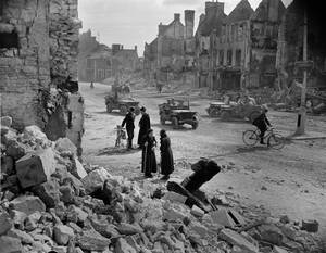 1944, Γαλλία.  Οι κάτοικοι της πόλης Ισινί, στη Γαλλία, επιστρέφουν στα σπίτια τους, πολλά από τα οποία έχουν γκρεμιστεί. Η πόλη απελευθερώθηκε από τους συμμάχους, αλλά μεγάλο μέρος της καταστράφηκε στις μάχες.