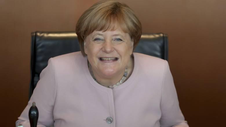 Είναι η Μέρκελ, είναι… καλά και αστειεύεται με το τρέμουλό της που προκάλεσε πανικό