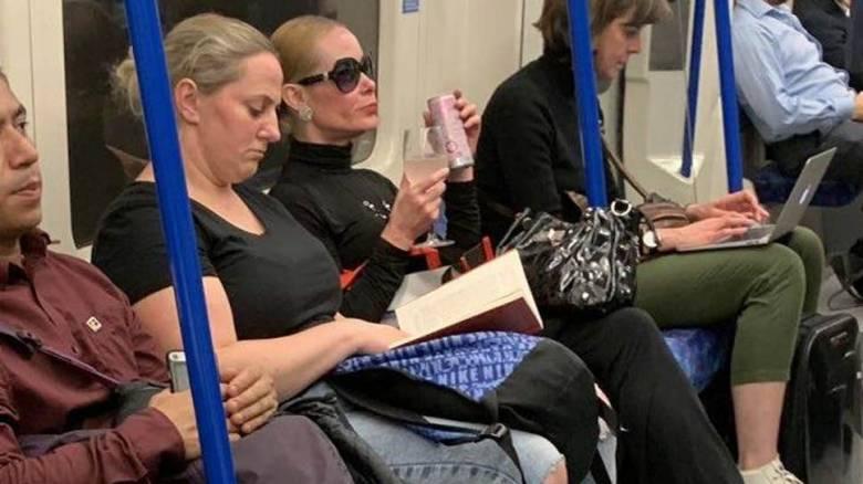 Βρετανία: Σάλος με επιβάτη που... έπινε αμέριμνη το ποτό της σε βαγόνι του μετρό
