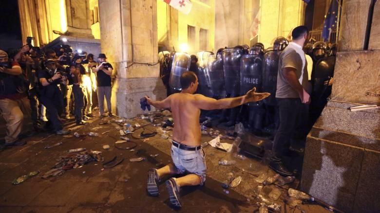 Τιφλίδα: Πυροβολισμοί, χημικά και 240 τραυματίες έξω από το κοινοβούλιο