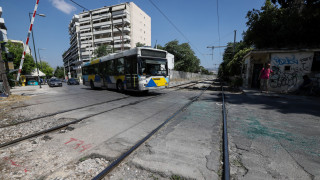Σύγκρουση συρμού του προαστιακού με λεωφορείο στη Λιοσίων
