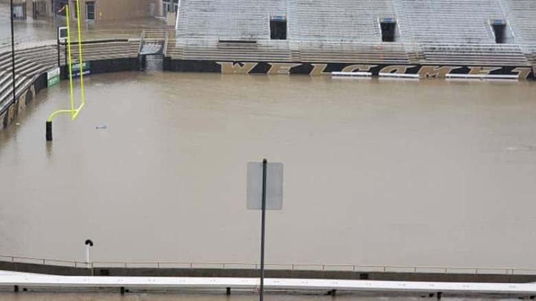 Απίστευτες εικόνες: Γήπεδο ποδοσφαίρου μετατράπηκε σε πισίνα εξαιτίας της βροχής
