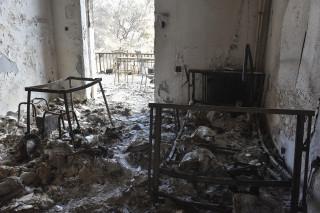 Θρίλερ με απανθρακωμένο πτώμα σε αυλή σπιτιού στο Νέο Βουτζά