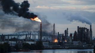 ΗΠΑ: Πυρκαγιά μαίνεται ανεξέλεγκτη σε διυλιστήριο πετρελαίου της Πενσιλβάνια