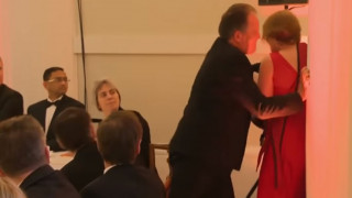 «Θύελλα» αντιδράσεων για βουλευτή των Τόρις που επιτέθηκε σε διαδηλώτρια της Greenpeace