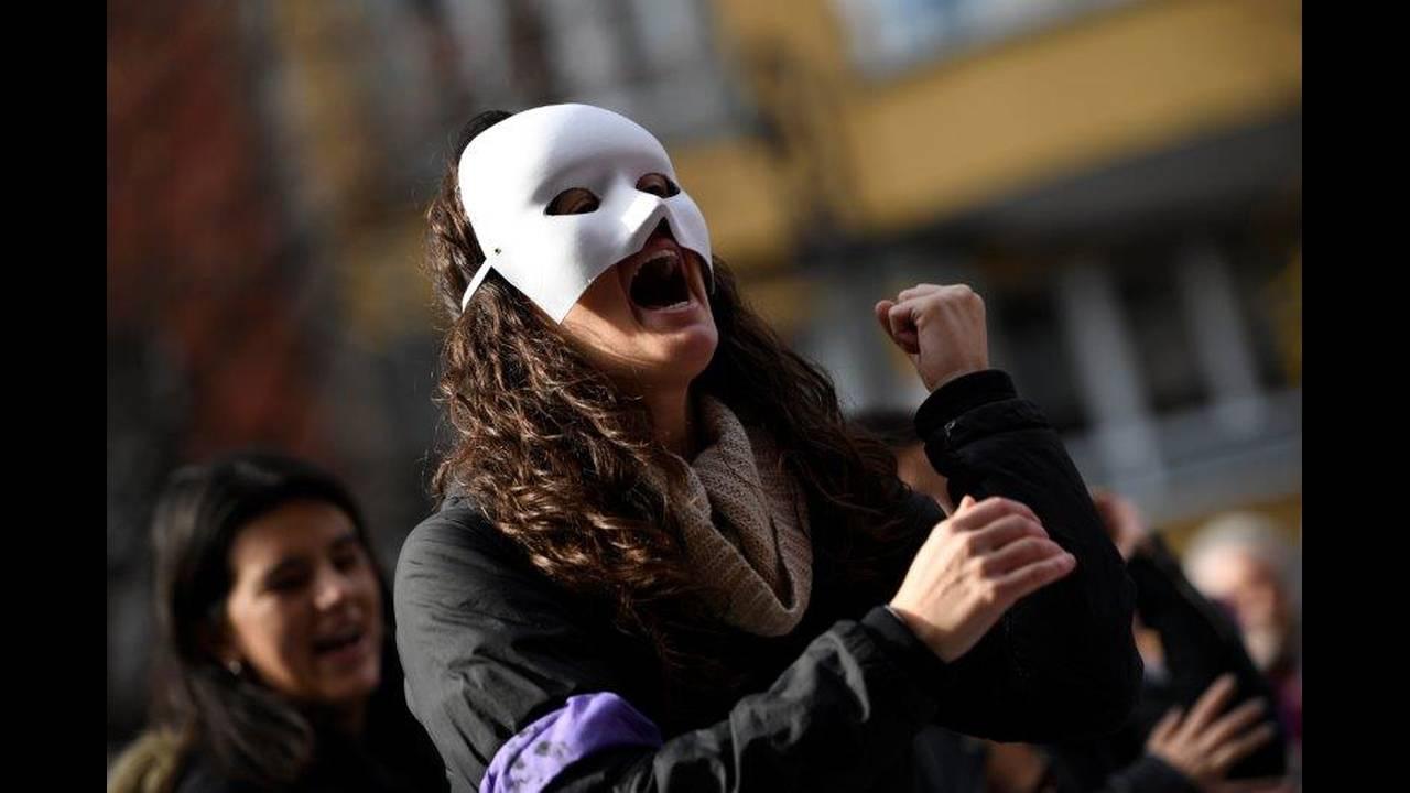 https://cdn.cnngreece.gr/media/news/2019/06/21/181607/photos/snapshot/2018-11-25T141726Z_476025194_RC15A92549D0_RTRMADP_3_SPAIN-PROTEST-WOMEN.jpg