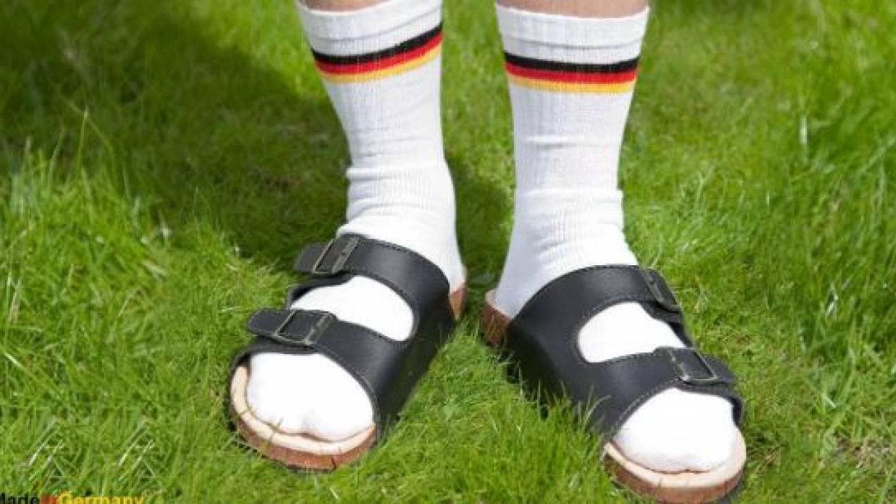 Η γερμανική πρεσβεία στην Αθήνα εύχεται καλό καλοκαίρι με... πέδιλο και κάλτσα