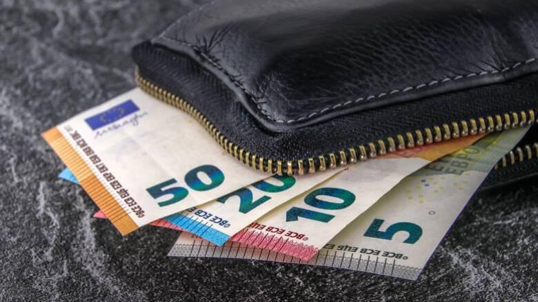 Μπαράζ πληρωμών από αύριο: Ποιοι δικαιούχοι θα δουν λεφτά στους λογαριασμούς τους