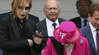 Ένα μαύρο μαντήλι «τύλιξε» τη βασίλισσα Ελισάβετ - Ξεκαρδιστικές αντιδράσεις