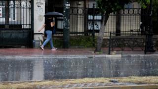 Καιρός: Μικρή πτώση της θερμοκρασίας την Τρίτη - Πού θα «χτυπήσουν» καταιγίδες
