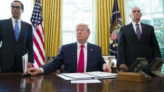 Αυστηρές κυρώσεις του Τραμπ στο Ιράν: Στόχοι του ο Χαμενεΐ και ο ΥΠΕΞ της χώρας