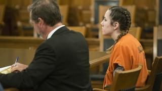 Βίντεο – σοκ: Υποστήριξε πως το θύμα πέθανε σε «τρίο» και έκοψε το λαιμό του στη δίκη