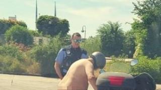 Γερμανία: Βγήκε γυμνός στο δρόμο με το σκούτερ λόγω... καύσωνα