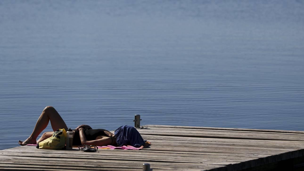 Μόναχο: Ο καύσωνας αναζωπύρωσε τη διαμάχη για την τόπλες ηλιοθεραπεία των γυναικών