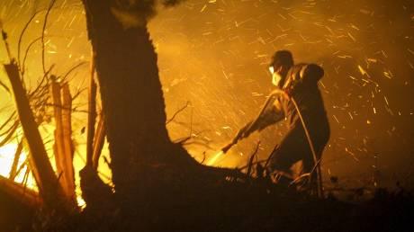 Πυρκαγιά στην Κάρυστο: Νύχτα αγωνίας και εκκενώσεις σπιτιών