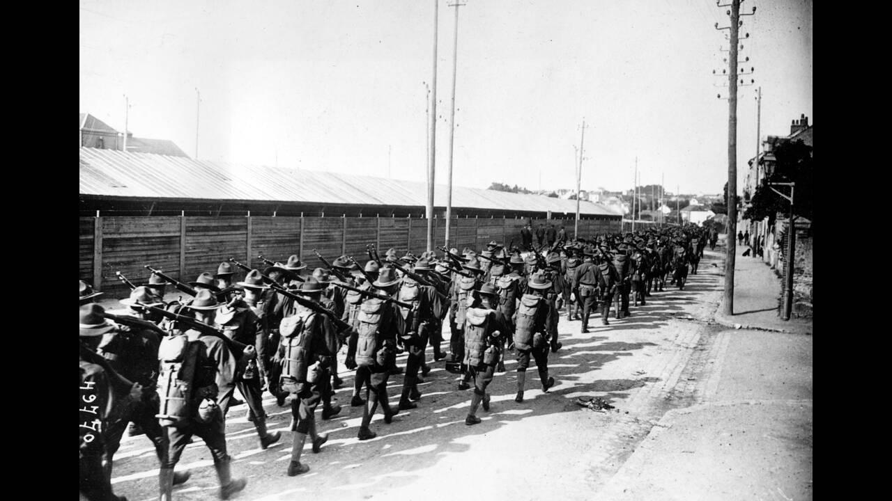 1917, Γαλλία.  Τα πρώτα αμερικανικά στρατεύματα αποβιβάζονται στη Γαλλία κατά τη διάρκεια του Α' Παγκοσμίου Πολέμου.