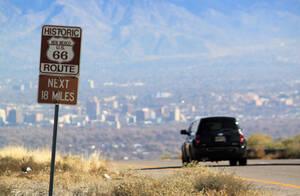 2014, Νέο Μεξικό.  Ένα αυτοκίνητο ταξιδεύει στον ιστορικό δρόμο 66, προς το Αλμπουκέρκι του Νέου Μεξικού.