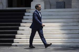 2015, Αθήνα. Ο Αλέξης Τσίπρας ανακοινώνει τη διενέργεια δημοψηφίσματος με ερώτημα την αποδοχή ή την απόρριψη της πρότασης των θεσμών. Η πρόταση υπερψηφίζεται στη Βουλή με 178 «ναι». 120 βουλευτές ψηφίζουν «όχι» και δύο απουσιάζουν.
