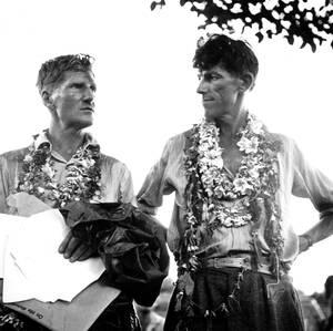 1953, Ιμαλάια.  Ο συνταγματάρχης Τζον Χαντ και ο Έντμουντ Χίλαρι, μετά την επιστροφή τους από την επιτυχή ανάβαση του Έβερεστ.