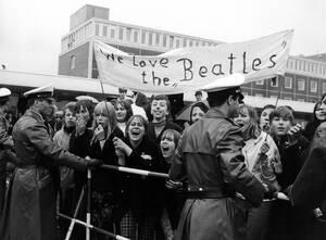 1966, Αμβούργο.  οι θαυμαστές των Beatles, τους περιμένουν στο αεροδρόμιο του Αμβούργου, όπου φτάνουν από το Τόκιο για σειρά συναυλιών.