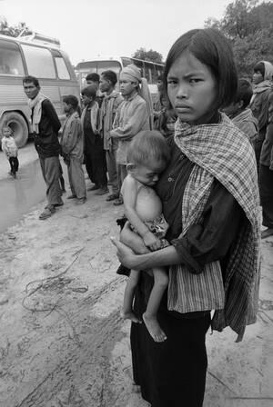 1979, Ταϊλάνδη.  Μια πρόσφυγας από την Καμπότζη κρατάει το άρρωστο μωρό της, περιμένοντας ιατρική βοήθεια, σε ένα στρατόπεδο προσφύγων κοντά στα σύνορα της Ταϊλάνδης με την Καμπότζη.