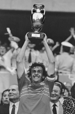 1984, Παρίσι.  Ο αρχηγός της Εθνικής ομάδας της Γαλλίας, Μισέλ Πλατινί, σηκώνει το τρόπαιο, καθώς η Γαλλία κέρδισε με 2-0 την Ισπανία στον τελικόι του Ευρωπαϊκού Πρωταθλήματος ποδοσφαίρου, στο στάδιο Παρκ ντε Πρενς. Πίσω του αριστερά διακρίνεται ο Γάλλος