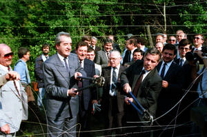 1989, σύνορα Ουγγαρίας-Αυστρίας.  Ο υπουργός Εξωτερικών της Ουγγαρίας Γκιούλα Χορν, καλεί τον Αλόις Μοκ,  να τον βοηθήσει να κόψουν το συρματόπλεγμα που χώριζε τις δύο χώρες αλλά και την Ανατολή από τη Δύση.