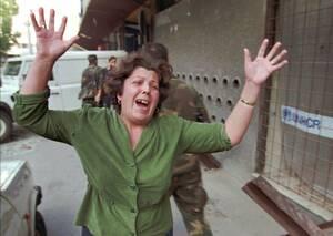 1995, Σαράγιεβο.  Μια γυναίκα έχει πάθει υστερία, καθώς πριν από λίγα δευτερόλεπτα ένα βλήμα εξεράγη δίπλα της τραυματίζοντας 7 ανθρώπους. Είναι η τρίτη σε σειρά μέρα που οι Σέρβοι βομβαρδίζουν ασταμάτητα το Σαράγιεβο.
