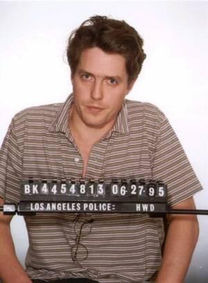 1995, Χόλιγουντ.  Η φωτογραφία που τράβηξε η αστυνομία του Λος Άντζελες μετά τη σύλληψη του Βρετανού ηθοποιού Χιού Γκραντ. Ο Γκραντ συνελήφθη από το τμήμα ηθών, κατά τη διάρκεια δοσοληψίας του με μια τρανσέξουαλ πόρνη.