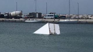 Θάσος: «Βουτιά» στο νερό έκανε φορτηγό τροφοδοσίας - Για ώρες επέπλεε στο λιμάνι (pics vid)