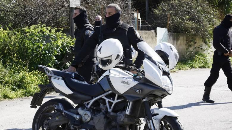 Εξαρθρώθηκε κύκλωμα μπράβων στη Σαλαμίνα - Τι βρήκαν στα σπίτια τους