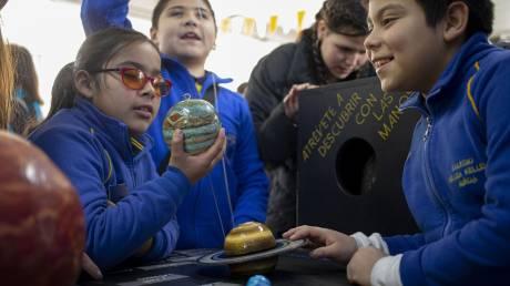 Τυφλά παιδιά στη Χιλή «βλέπουν» την ηλιακή έκλειψη - Χάρη στη NASA