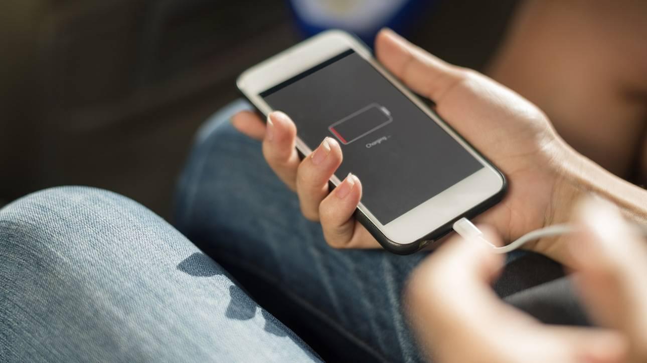 Οι ειδικοί προειδοποιούν: Μη φορτίζετε τα κινητά σας όλη τη νύχτα