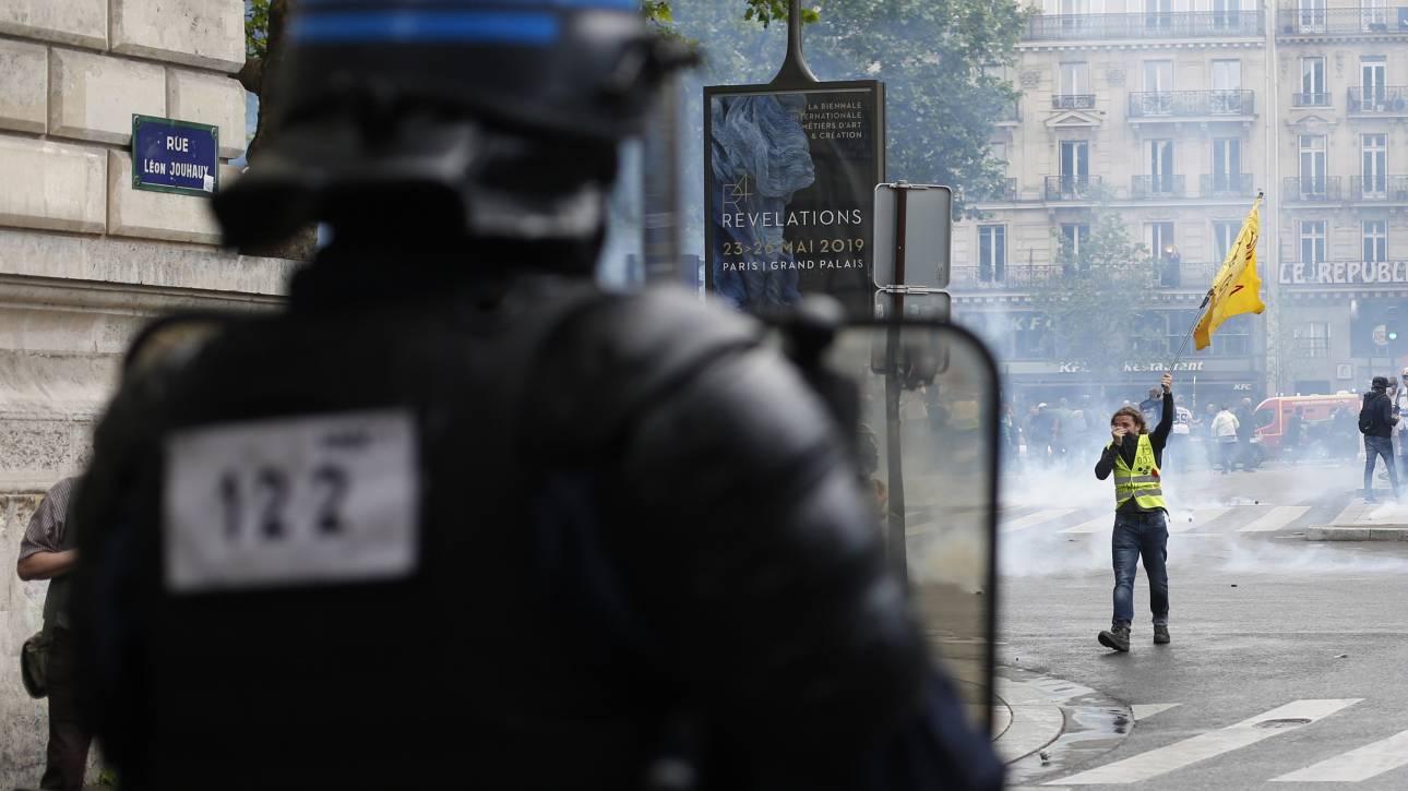 Ακτιβιστές υπέρ του κλίματος συγκρούστηκαν με την αστυνομία σε γέφυρα του Παρισιού