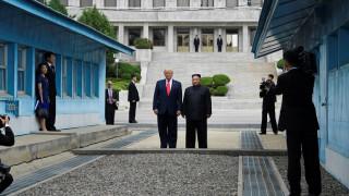Ο Τραμπ έγινε ο πρώτος πρόεδρος των ΗΠΑ που πάτησε Βόρεια Κορέα – Τα ιστορικά βήματα με τον Κιμ