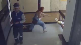 Βίντεο που κόβει την ανάσα: Μητέρα σώζει τον γιο της την ώρα που πέφτει στο κενό