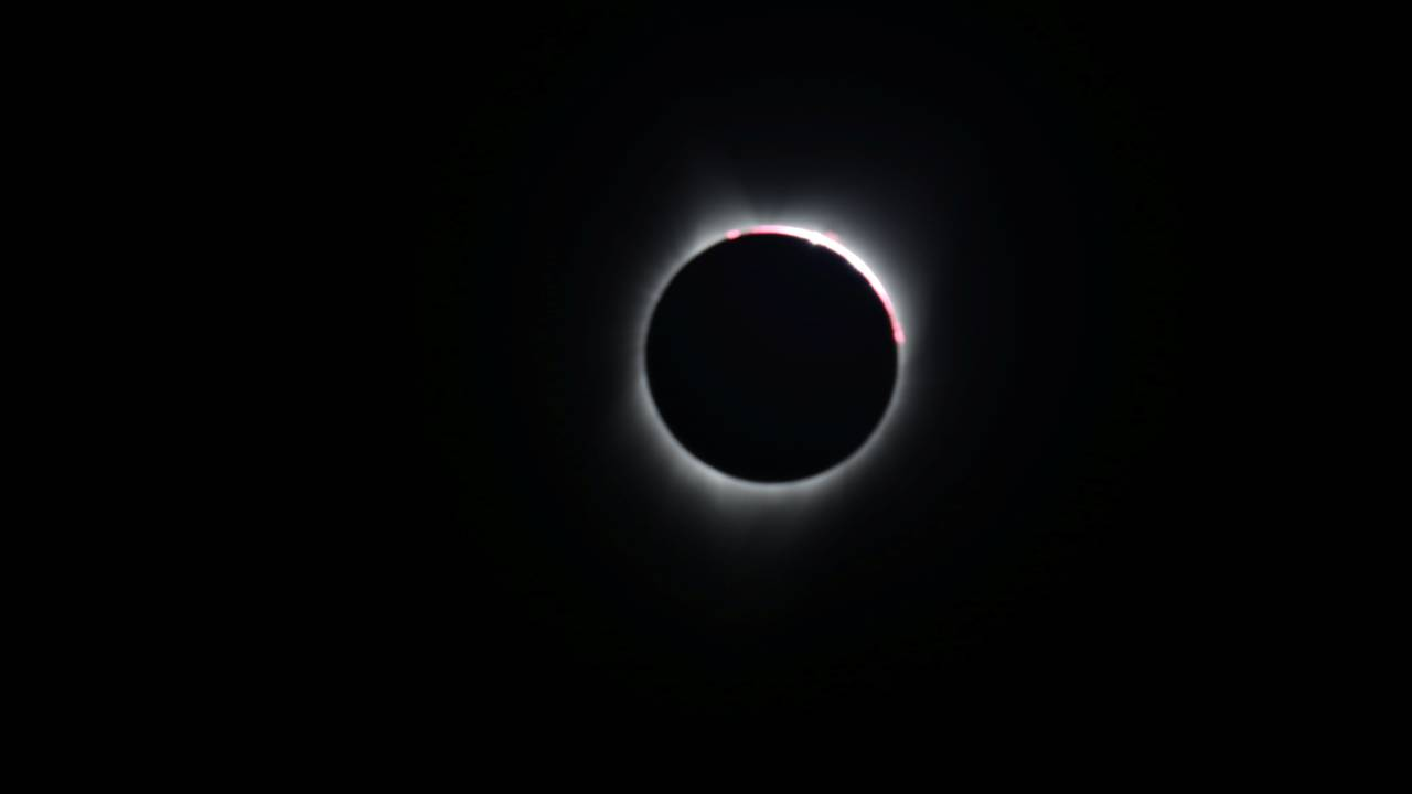 https://cdn.cnngreece.gr/media/news/2019/07/01/182668/photos/snapshot/2017-08-21T172537Z_1201529178_RC1ADF2876B0_RTRMADP_3_SOLAR-ECLIPSE-USA.JPG