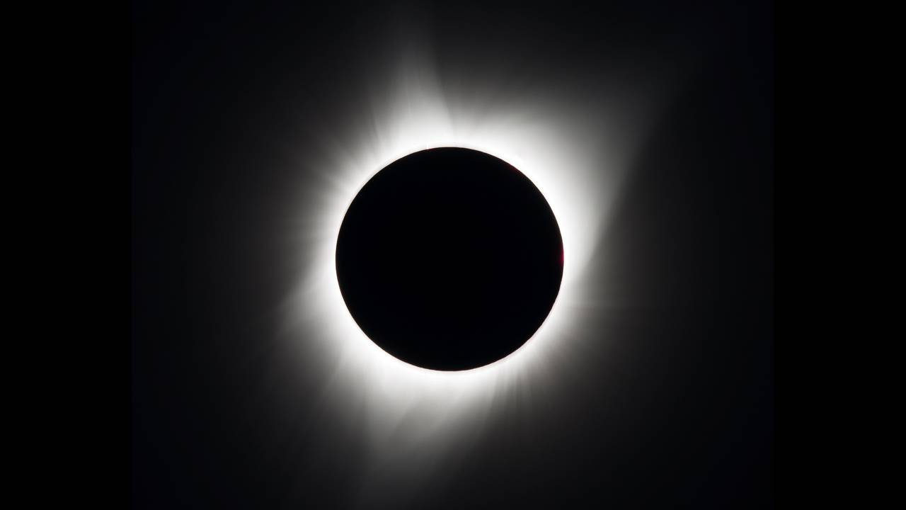 https://cdn.cnngreece.gr/media/news/2019/07/01/182668/photos/snapshot/2017-08-21T175830Z_798753420_RC1F75238600_RTRMADP_3_SOLAR-ECLIPSE-USA.JPG