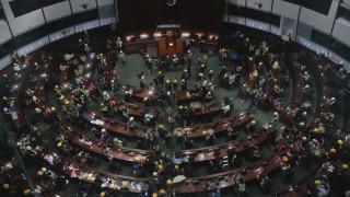«Άγριες» συγκρούσεις στο Χονγκ Κονγκ: Διαδηλωτές εισέβαλαν στο Κοινοβούλιο