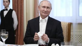 Γιατί ο Πούτιν πήρε τη δική του κούπα στην G20; Τι απαντά το Κρεμλίνο