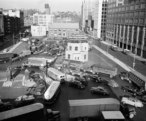 1948, Νέα Υόρκη.  Η κίνηση είναι απελπιστική στην είσοδο του Τούνελ Χόλαντ, στο Μανχάταν, καθώς όλοι προσπαθούν να φύγουν από την πόλη για το τριήμερο της ημέρας της Ανεξαρτησίας.