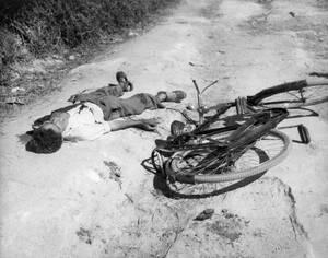 1956, Κύπρος.  Βρετανοί στρατιώτες σκότωσαν έναν νεαρό Ελληνοκύπριο, ο οποίος είχε λίγο νωρίτερα πετάξει μια αυτοσχέδια βόμβα σε μηχανοκίνητο κομβόι, στη βόρεια Κύπρο.